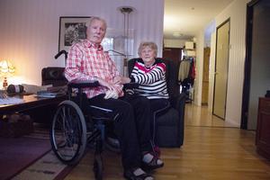 Per-Erik Lejonmark sitter i rullstol och behöver hjälp varje gång han ska förflytta sig från stolen.