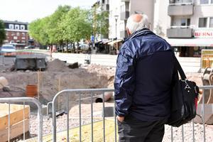 Rolf Eriksson inspekterar bygget på gågatan. Såsom han inspekterat byggen under en lång tid.