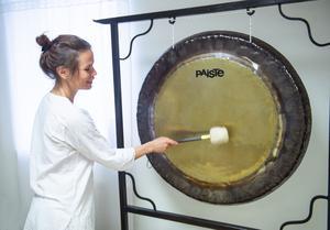 Under gongvilan lyssnar man till gongens läkande vibrationer för att nå djup avslappning.
