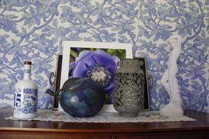 Till och med en vacker glöggflaska kan fungera som dekoration.