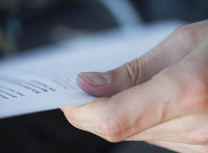 Granska betygen hos våra beslutsfattare och se om de har kunskaper som motsvarar vad som kan krävas av personer i deras ställning, skriver signaturen