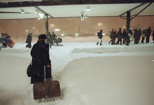 I timmar väntade resenärerna på att få besked. Tågen ställdes in och folk fick sova kvar och inkvarterades på stans hotell och akuthärbärgen som Ansgars hus.