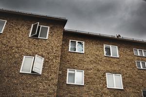 Många av de boende har sina fönster öppna på grund av den dåliga ventilationen i fastigheterna.