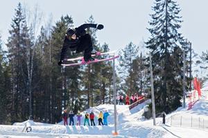 Anton Lindén susar genom luften.