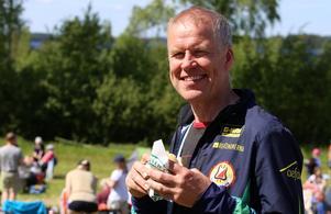 Thomas Ericson, ordförande i Alfta-ÖSA OK, unnande sig en burgare i sommarvärmen.