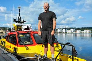 Dykaren Martin Hanell från Köpmanholmen flögs till olycksplatsen med helikopter efter båtolyckan utanför Hörnskatan. Det var han som lyckades få ut 16-åriga Wilma Karlsson ur den upp-och-nervända båten.