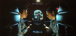 Frank Poole (Gary Lockwood) och David Bowman (Keir Dullea) blir betraktade av  den misstänksamma datorn HAL 9000. Foto: Biografcentralen