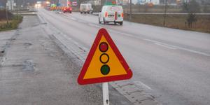 Entreprenören ska fortsätta med broreparationerna vid motorvägsavfarten i Nykvarn. Det innebär att ett körfält stängs av och att trafiken regleras med rödljus.
