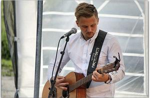 Daniel Wiklund har bland annat spelat på Mössöns visfestival.