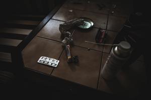 Rizlapapper och en karta tabletter av märket Zolpidem fanns på ett av borden i källaren.