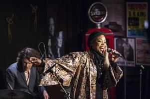 Bandet New Blues Transfusion med Kiralina Salandy spelade under Perdidos säsongspremiär.