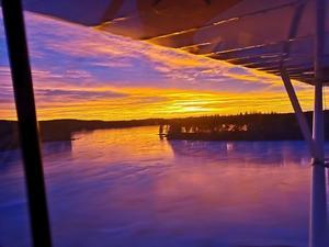 Att från högt upp i luften få njuta av en soluppgång som denna är inte alla förunnat. Foto: Johan Gustafsson
