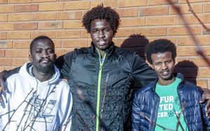 I mer än tio år levde Bichara Abderaman Khalil, Ismail Abdulrahman och Saddam Hissein i flyktingläger i Tchad. Som spelare i Darfur United sökte de asyl i Sverige under en fotbollsturnering i Östersund. Nu har de fått besked om att de får stanna, men då våldet åter stegras i Darfur ökar också oron för familjerna där.