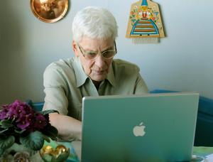 Bara drygt 50 procent av de över 76 är internetanvändare. Foto: Leif R Jansson.