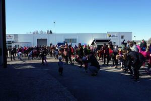 Gå-lunka-löp för Ellie lockade cirka 300 deltagare. Gemensam uppvärmning före start. Foto: Läsarbild