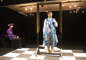 Max Bergslott spelar Katten och Yolanda Ryn Alice i Teater Olivers föreställning