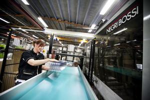Fabriken i Härnösand kör 3-skift med att tillverka olika plastprodukter. Foto: Jennie Johansson