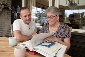 Elisabeth Norlin Mellgren har en tjock pärm där hon har samlat allt som har att göra med den stroke hon drabbades av. Det var maken Christer Mellgren som larmade ambulansen när Elisabeth plötsligt ramlade ihop i hallen.