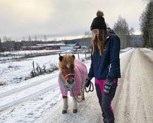 Cecilias Pettersson spenderar det mesta av sin tid i stallet och skulle gärna bo på en gård i framtiden.