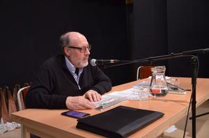Tävlingsledare Eric Forsberg läser en av frågorna. Foto: Bertil Westin