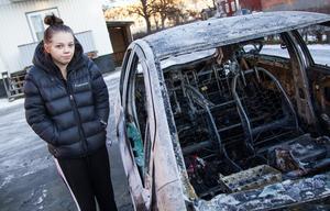 Det var på tisdagsmorgonen som Sandra Sjöström blev väckt av att polisen knackade på dörren. Hennes bil som stod på parkeringen på innergården hade brunnit.