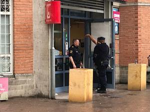 Polis jobbar i och kring spel- och tobaksbutiken.
