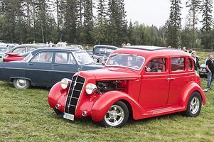 En röd 4-dörrars Plymouth deluxe touring från 1935