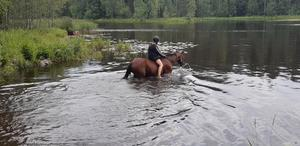 Saga och Lotta badar i Mackmyra. Foto: Kerstin Widjeskog