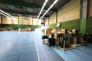 Allt från Lekebergsskolan stuvas in i bollhallen och i Oxelgårdens källare för sommarförvaring.