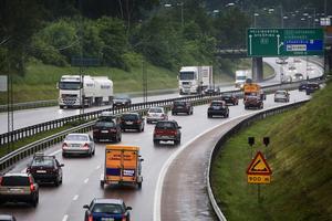Debattören efterlyser bland annat miljözoner för biltrafiken, fartbegränsningar på E4/E20 och spårbundna transporter.