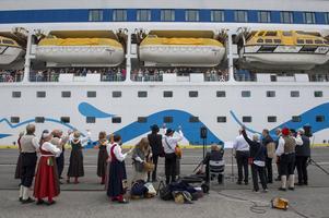 Det var fest på kajen när båten Aida Aura la till i Tunadalshamnen på tisdagsmorgonen, Nivren Folkdansgille stod för underhållningen.