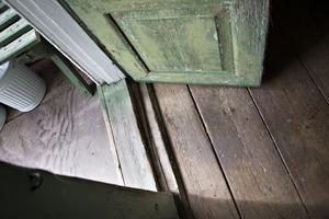 Under linoleumgolvet som hade lagts in i hallen fanns det vackra gamla trägolv.