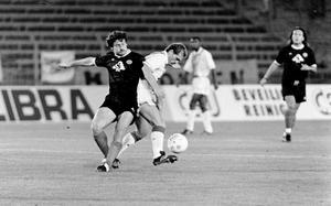 Den kraftfulle mittfältaren Jan Wouters skakar av sig Miroslaw Kubisztal i en närkamp.