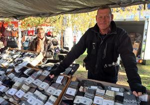 85 procent av knallarna återkommer år från år. Leif Ljungberg från Ockelbo gillar Rättviks marknad och har sålt sina varor här sedan 20 år tillbaka. På våren byts sockorna ut mot hjortronsylt och tunnbröd.