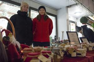 Astrid Jakobsson och Lina Wallstedt från Bollnäs sålde en hel del av sin marmelad på julskyltningen i Järvsö.