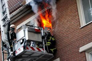 Med en skylift undsattes en yngre kvinna som befann sig i ett fönster där lågorna syntes.