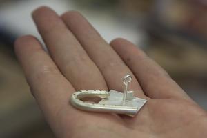 Efter att ha gått silversmideskurs elva gånger på Bäckedal blir man duktig att göra och designa sina egna smycken. Lotta Leissner visar ett par örhängen som som hon arbetar med. Ett hänglås i ena örat och en nyckel till hänglåset i det andra örat.