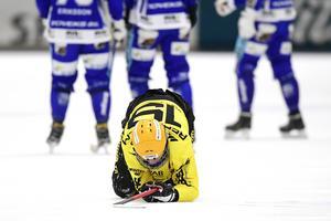Albin Rehnholm fick vikariera som högerhalv i Niklas Gälmans frånvaro i mötet med Villa. Bild: Mikael Fritzon / TT