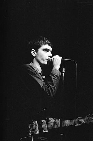 Joy Divisions legendariske sångare Ian Curtis under en konsert på The Electric Ballroom i London 1979. Foto: Steve Richards/REX