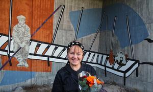 Ragnhild Sandelius Brodow har skapat en 47 meter lång berättelse om vattnet, kraften, timret och människorna som arbetade i Bergvik.