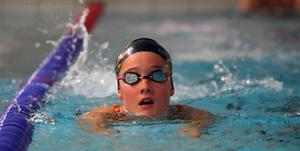 Tess Viggeborn är en av simmarna som ingår i den trupp på 25 som reser till Skellefteå för regionsfinaler i helgen.