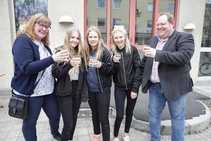 Under festliga former, som det brukar heta, invigdes nya fritidsgården i Smedjebacken. Då satt det förstås fint med lite ciderbubbel, tyckte fritidschefen Siw Östlund, Matilda Engman, Julia Göransson, Amanda Juhlin Olsson och Patrik Årman, ombudsman vid ABF Dala Finnmark.