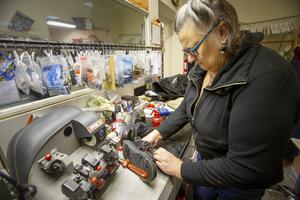 Lisa Fahlström är både sömmerska och skomakare och har jobbat på Klackbaren i 20 år. Här klär hon en sandal med skinn invändigt för att kunden ska slippa skavsår.