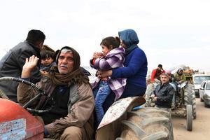 Kurder tvingas fly från staden Afrin. SANA via AP/TT