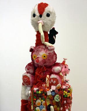 Sari Jacobsons säregna staty av mjukdjur, garn, tyger och lösgodis.