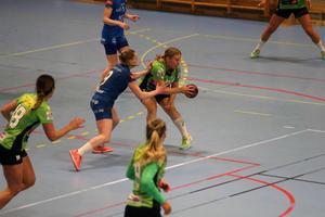Sofi Lindroos spelar numera i Stockholmsklubben IK Bolton – men enligt Ina Brundin, som också är mamma till Lindroos, vill 19-åringen gärna