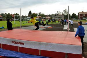Höjdhopp var en av grenarna som mellanstadieeleverna på Kungsgårdsskolan tävlade i under friidrottsklasskampen.