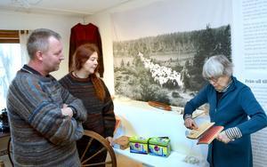 Helena Hernmarck, textilkonstnär, på besök hos Wålstedts Textilverkstad i Dala-Floda. Här med Sonia och Roger Bush.