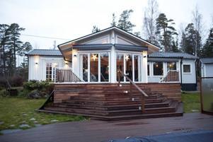 VÄXER. Då Lars-Åke Wilhelmsson och hans föräldrar köpte stugan i Furuvik 1993 syntes vare sig stugan eller sjön för all skog och sly. Fram till nu har den byggts ut med 90 kvadrat, och fått garage och pool, däck och en året runt-grillplats, båtplats och en nymuddrad 160 meter lång vik.