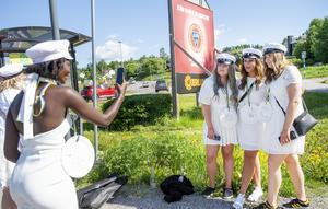 Framme vid busshållplatsen i Vi på Alnö finns det tid för fotografering. Barebe fångar Tilde Lindgren, Alicia Olave Melo, Johanna Åsander med Alicias mobil.